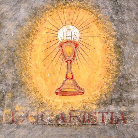 """Affresco raffigurante il sacro calice di Gesù. """"Eucaristia"""" in italiano significa: Eucaristia, Santa Comunione, Comunione."""