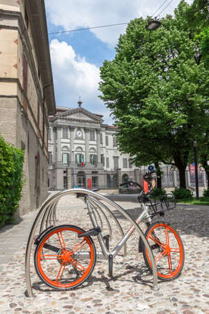 Mobike bicycle meant for bike sharing, parked in public area. Mobike a popular bike sharing platform where users grab bikes through an app in many places in Italy and in the world. Bergamo, ITALY - May 11, 2018. 新聞圖片