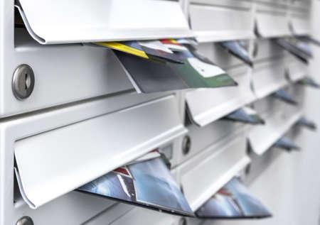 Cassette postali moderne piene di volantini. Concetti commerciali e pubblicitari. Profondità di campo. Archivio Fotografico