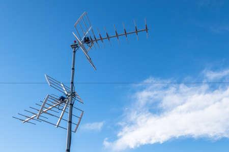 Antena de televisión contra el cielo azul