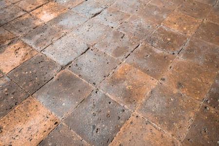 Steinplatten rot gefärbtes Kopfsteinpflaster. Etage im alten Gebäude. Ideal für Texturen und Hintergründe. Standard-Bild