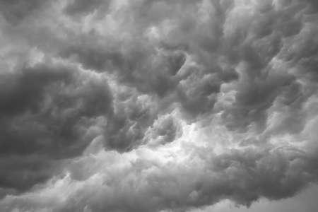 Dunkle ominöse graue Gewitterwolken. Dramatischer Himmel.