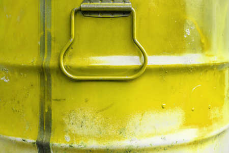 Yellow color can. Metal can with yellow paint drips. Banque d'images