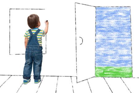 子供は家の中に架空の窓を描く