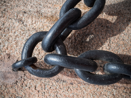 A detailed close up of rusted links in a large chain fence 版權商用圖片