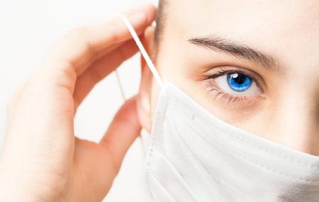 rostro femenino con una mascarilla médica Foto de archivo
