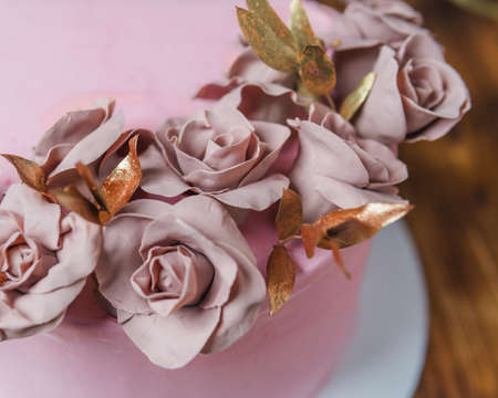sponge cake covered with pink chocolate roses fondant Imagens