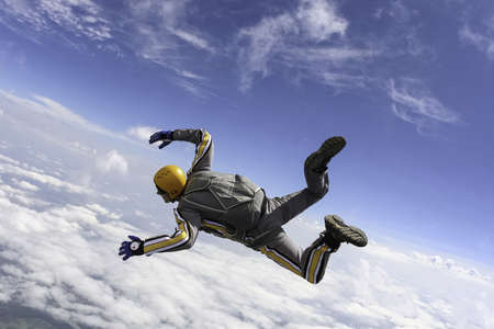 caida libre: El estudiante realiza la tarea paracaidista en caída libre