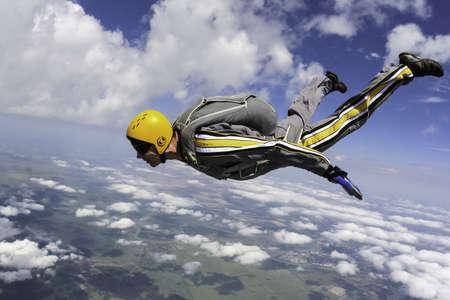 caida libre: El estudiante realiza la tarea paracaidista en ca?da libre Foto de archivo