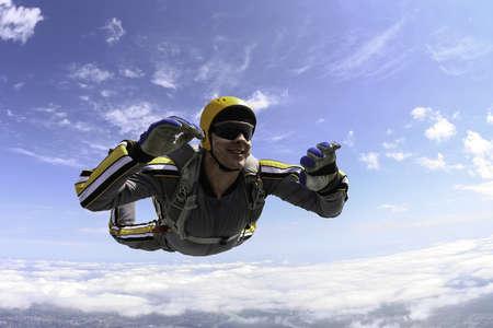 caida libre: El estudiante realiza la tarea paracaidista en ca? libre Foto de archivo