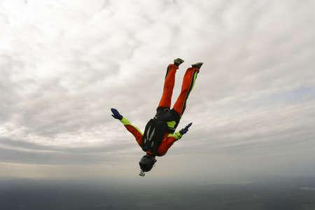 caida libre: Paracaidista realiza figura freestyle en caída libre Foto de archivo