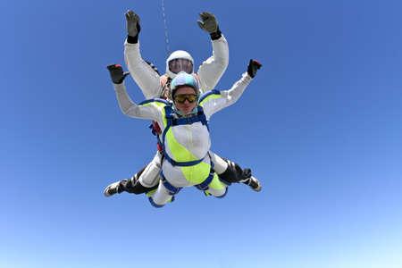 caida libre: Salto Tandem La chica con el instructor en ca�da libre Foto de archivo