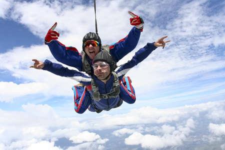 fallschirm: Tandemsprung in den Himmel mit Wolken Lizenzfreie Bilder