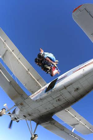 fallschirm: Tandem springen aus einem Flugzeug und fliegen zurück