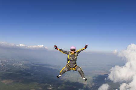 caida libre: El paracaidista de la chica realiza la figura freestyle en caída libre. Foto de archivo