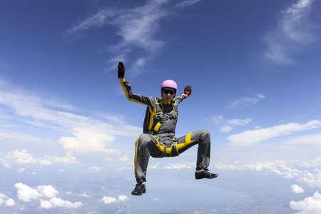 caida libre: El paracaidista de la chica realiza la figura freestyle en ca�da libre. Foto de archivo