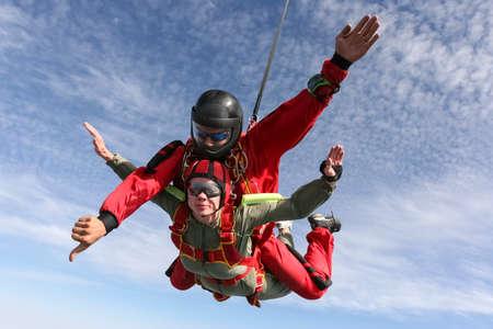 caida libre: Tandem saltar. La chica con el instructor en caída libre. Foto de archivo