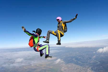 caida libre: Dos chicas paracaidistas de ca�da libre edificio en la figura.