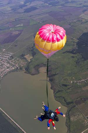 caida libre: Salto Tandem La chica con el instructor en caída libre Foto de archivo