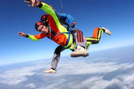 caida libre: SALTO TANDEM Un estudiante con un instructor en caída libre