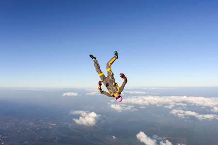 caida libre: El paracaidista de la muchacha realiza cifra estilo libre en ca�da libre