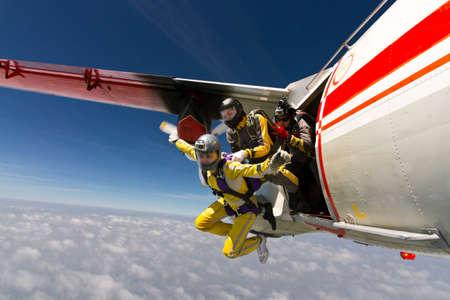 Twee meisjes parachutist springt uit een vliegtuig
