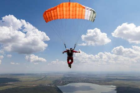 fallschirm: Pilotierung den Fallschirm in den Wolken.