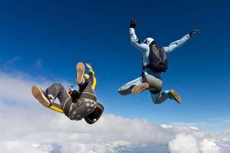 caida libre: Chica y chico paracaidistas en ca�da libre en las nubes