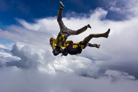caida libre: Tres paracaidista en ca�da libre en las nubes.