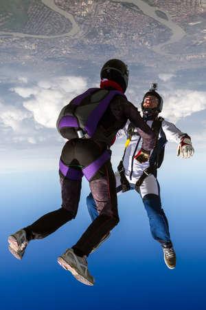 caida libre: Dos paracaidista en ca�da libre en las nubes.