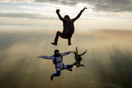 caida libre: Grupo de paracaidistas en ca�da libre. Foto de archivo