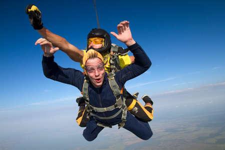 jumping: salto en tándem. El instructor y el estudiante en caída libre.