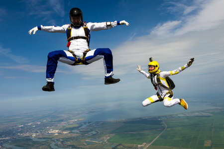 caida libre: Girl and guy skydivers in freefall. Foto de archivo
