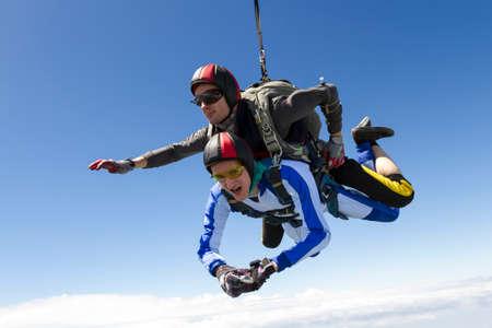 caida libre: salto en tándem. El instructor y el estudiante en caída libre.