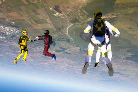 caida libre: Grupo recoge figura paracaidistas en ca�da libre. Foto de archivo