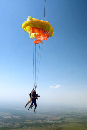Skydiving photo. Tandem. Standard-Bild - 124582896
