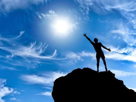 man op de top van de berg bereikt voor de zon Stockfoto