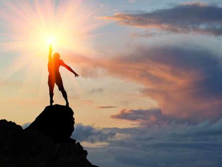 bergbeklimmen: man op de top van de berg bereikt voor de zon Stockfoto