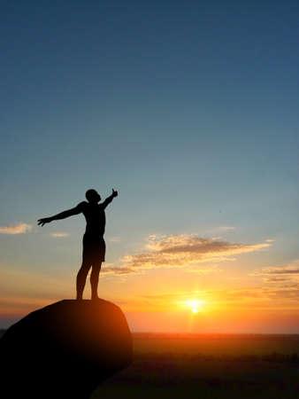 산 꼭대기에 사람이 태양에 도달