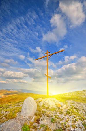 산 꼭대기에 기독교 십자가. 산의 풍경 스톡 콘텐츠