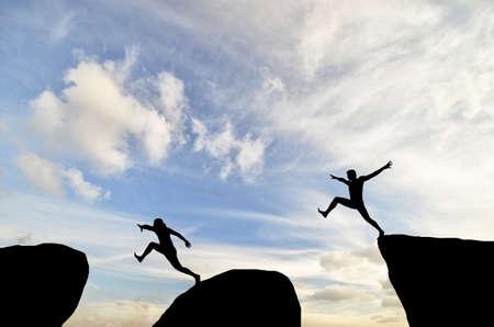 登る: 太陽が山の上に人に達すると