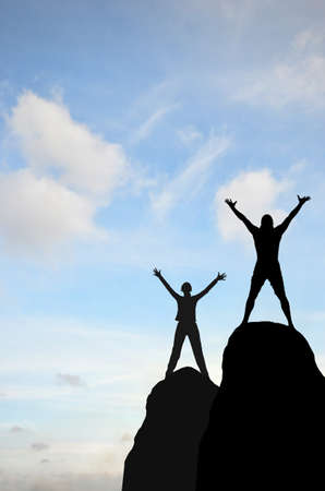 남자와 여자는 화창한 하늘을 손에 언덕 손 위쪽에 배치했다