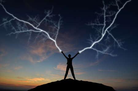 venganza: silueta de un hombre en la cima de una monta�a fabricantes de cremalleras a mano. composici�n natural Foto de archivo