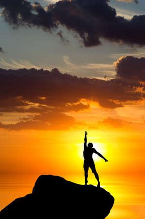 bovenaanzicht mens: man op de top van de berg bereikt voor de zon Stockfoto