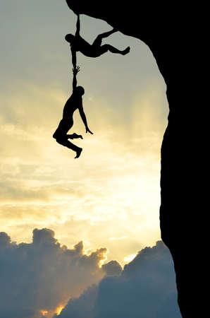 登る: 別を持って山の登山者