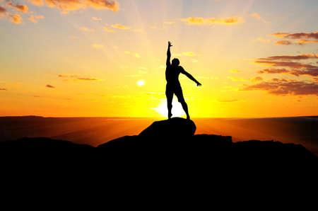 kletterer: Mann auf dem Gipfel des Berges erreicht f�r die Sonne