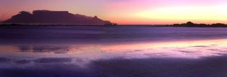 Sonnenuntergang am Strand Table View mit den Lichtern von Kapstadt Aufleuchten einer nach dem anderen