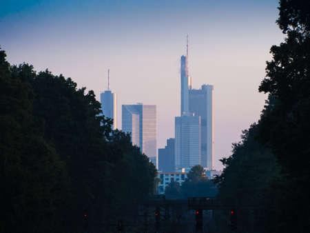 atmosfera: Atm�sfera de la ma�ana con el horizonte de Frankfurt. Alemania Foto de archivo