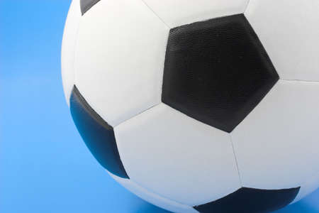 Balón de fútbol sobre fondo azul