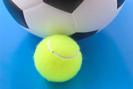 Fútbol y pelotas de tenis Foto de archivo